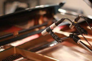 ピアノとマイクのアップ