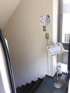 スタジオは階段を降りた右手です